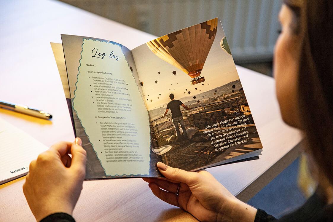 knowy-arbeitsbuch-Leg los-im Büro