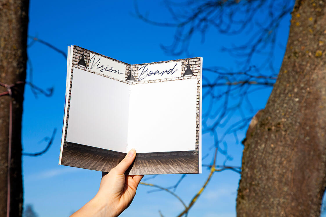 knowy-arbeitsbuch-visionboard-zwischen Bäume