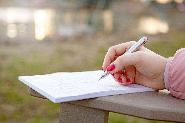 known-wochenplaner-schreiben mit dem KNOWY Pen am See