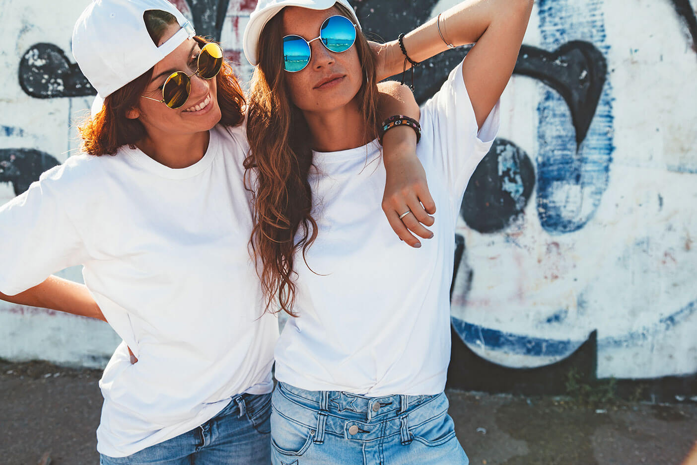 knowy young people, junge coole Frauen lachend