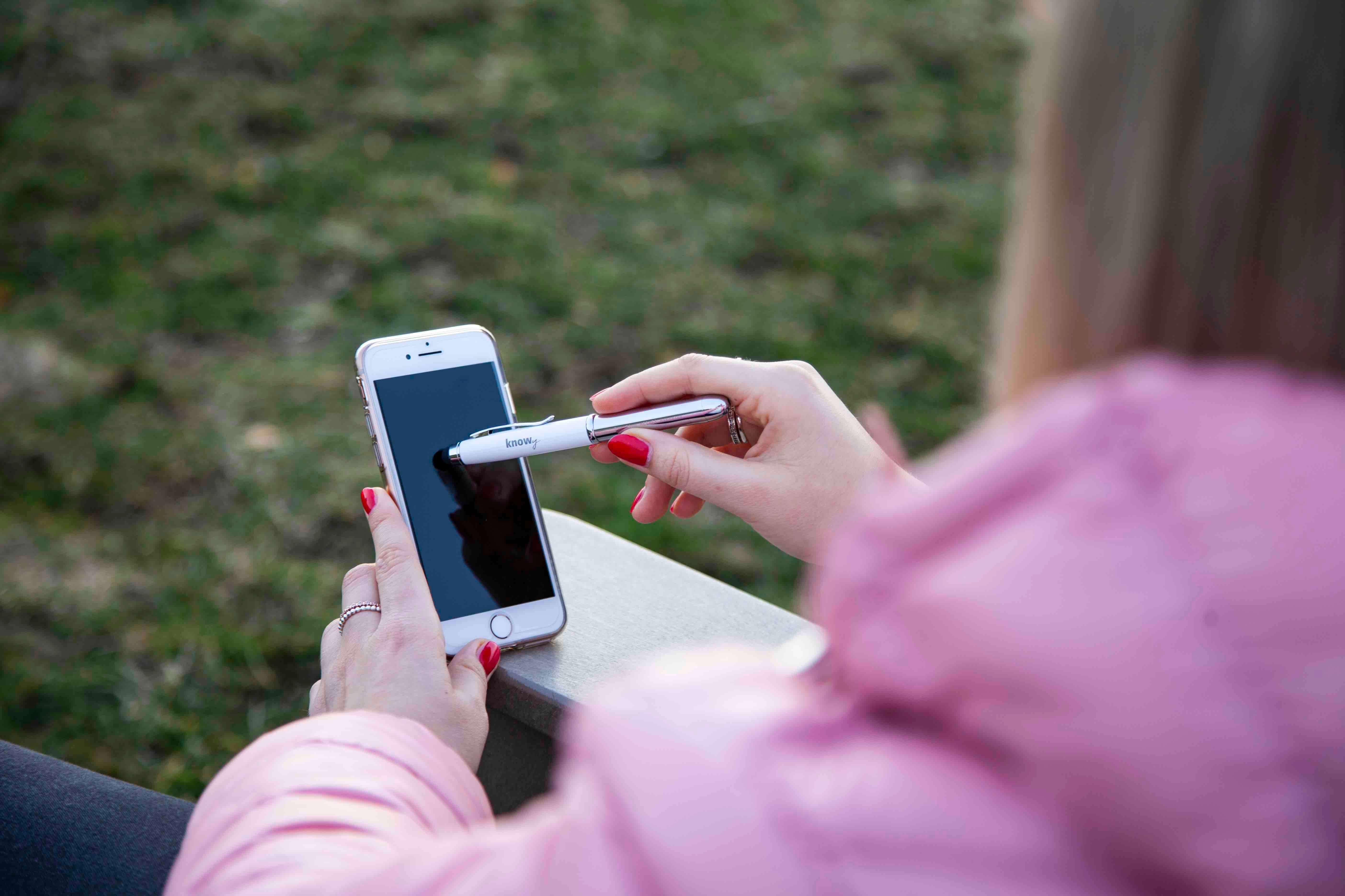 KNOWY Wochenplaner Pen in Kombination mit Smartphone